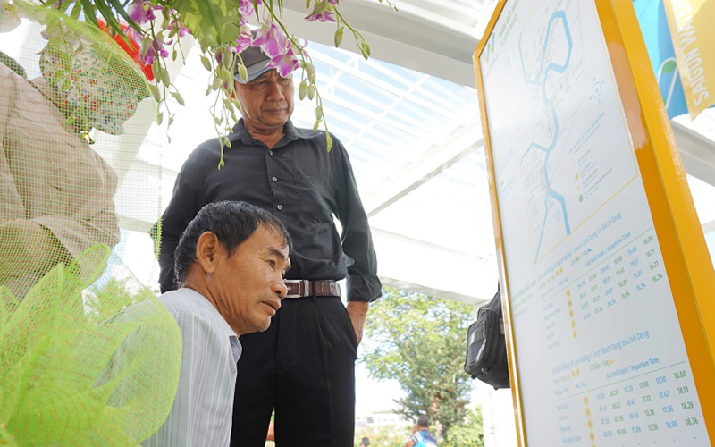 Ông Võ Văn Thạnh (ngụ quận 6) nghe tin buýt sông khai trương đã đưa người quen từ Đồng Tháp lên chơi đi trai nghiệm.