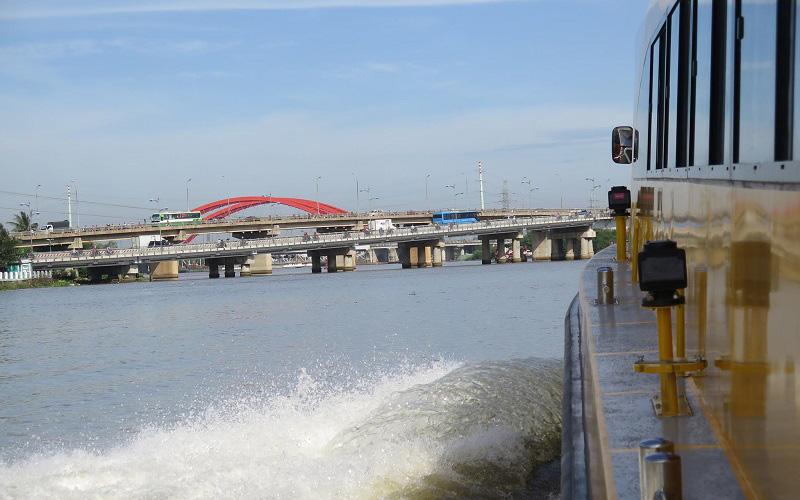 Theo ông Bùi Xuân Cường, Giám đốc Sở Giao thông Vận tải TP.HCM, tuyến buýt thủy được đưa vào khai thác sẽ mở ra một loại hình vận tải hành khách công cộng mới trên địa bàn TP, góp phần làm hạn chế tình trạng ùn tắc giao thông đường phố, kích thích sự phát triển du lịch TP.HCM.