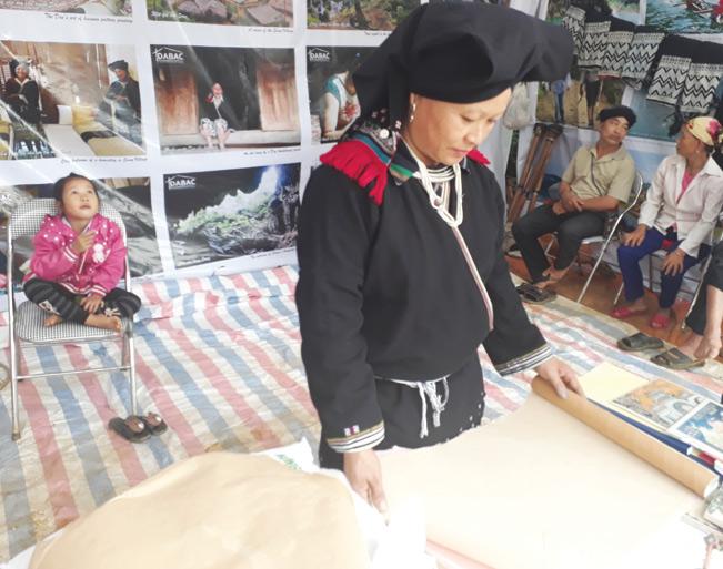 Người Dao ở bản Sưng đem giấy dó đến trưng bày tại liên hoan. Bùi Việt Phương