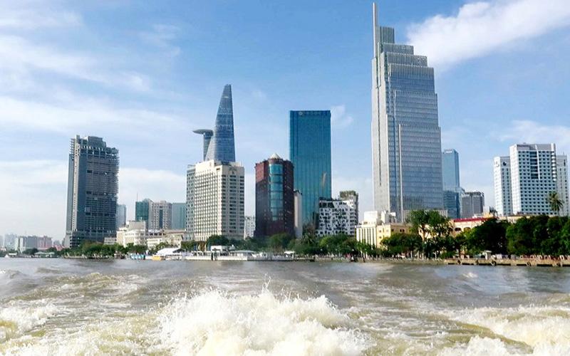 Nhiều người đi trên tàu buýt, thỏa sức ngắm nhìn thành phố với những toà nhà cao tầng hiện đại không khác ở nước ngoài.