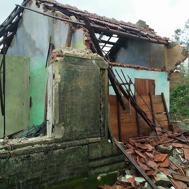 Ngồi nhà là nơi trú mưa tránh nắng bấy lâu nay của cụ chỉ còn lại đống đổ nát. Ảnh: facebook