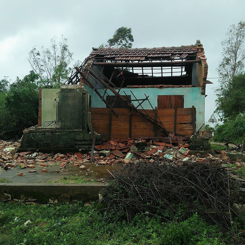 Ngôi nhà của bà cụ bị đổ sập hoàn toàn sau cơn bão vừa qua. Ảnh: facebook