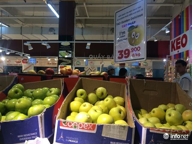 Các chuyên gia cho rằng, trái cây nhập khẩu chưa chắc an toàn. Trong ảnh: Táo nhập khẩu bày bán tại siêu thị.