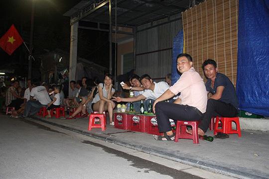 Một quán bia vỉa hè trong phố đi bộ. Ảnh: T.M