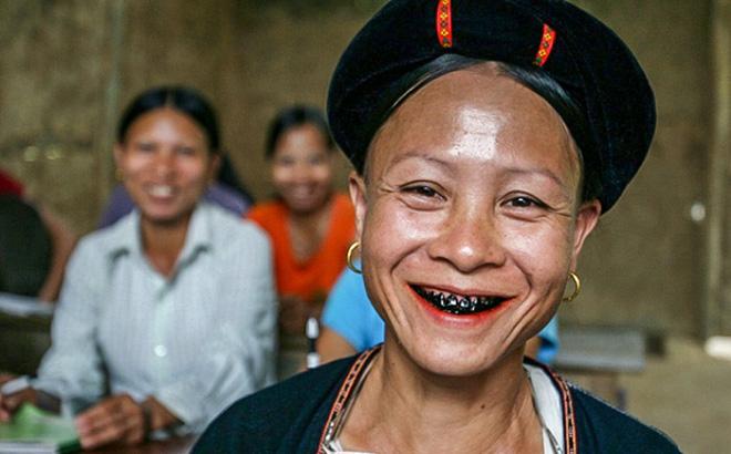 Người phụ nữ Lự thường có hàm răng đen bóng.