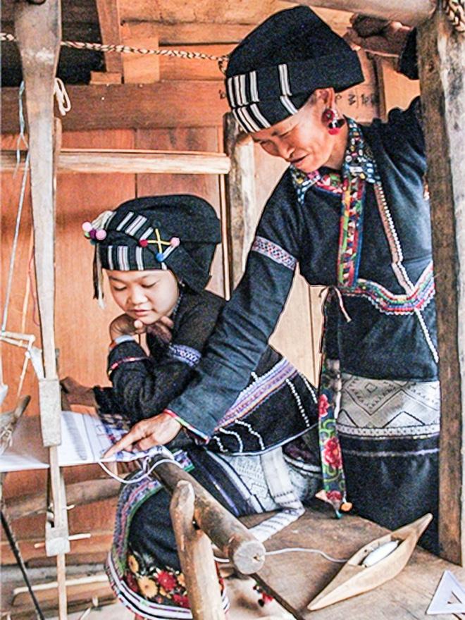 Phụ nữ Lự rất giỏi thêu thùa, dệt vải.