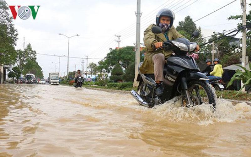 Đường 23 tháng 10 nối Nha Trang- Diên Khánh bị ngập nước.