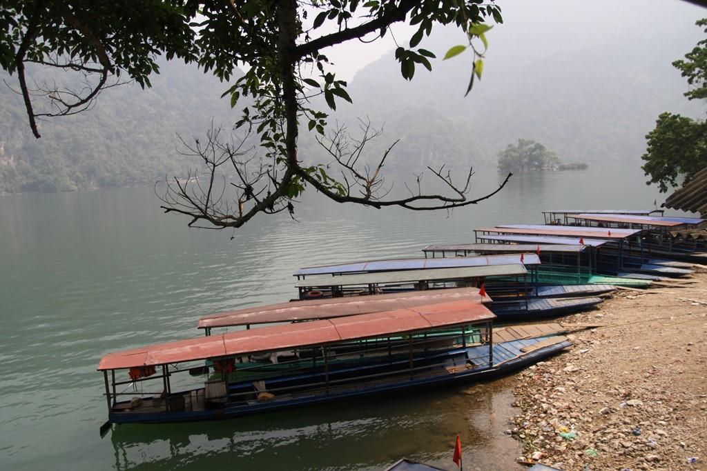 Bạn sẽ vô cùng thích thú khi đặt chân đến bên hồ, ngắm mặt nước quanh năm xanh như ngọc in bóng giữa núi rừng hùng vĩ, bao la.