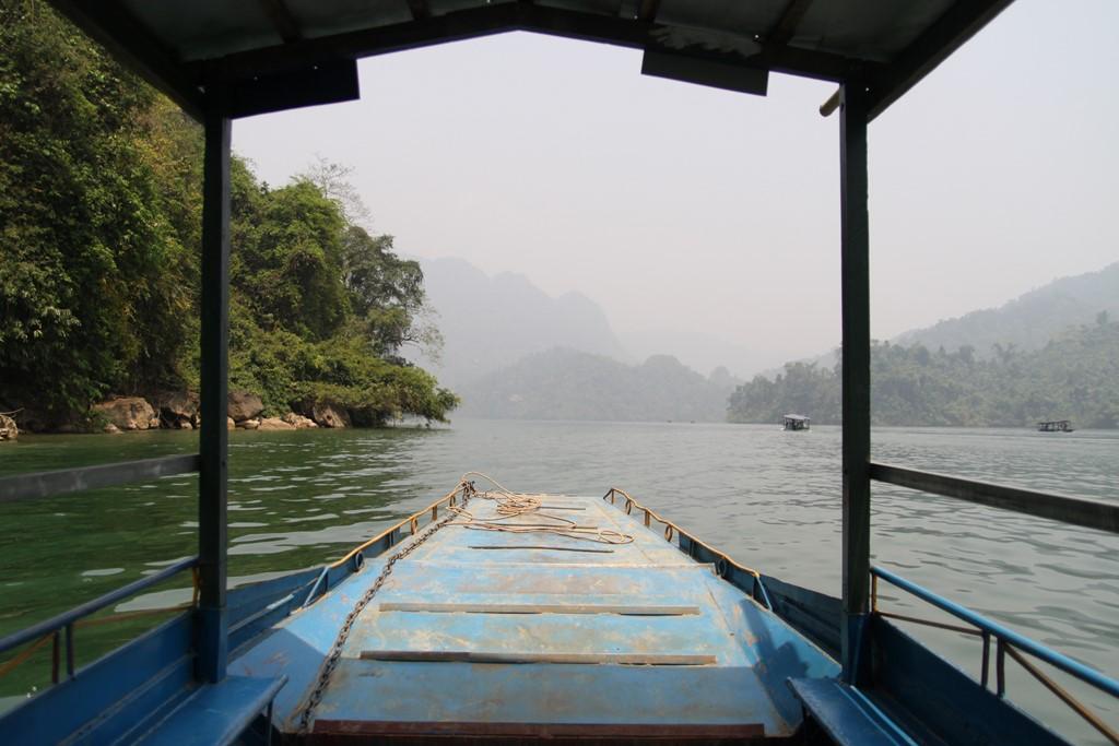 Phương tiện chở khách tham quan hồ Ba Bể là thuyền máy, mô phỏng con thuyền độc mộc xưa của người dân tộc Tày. Bạn có thể thuê một chiếc thuyền khám phá những thắng cảnh ở Ba Bể cả ngày.