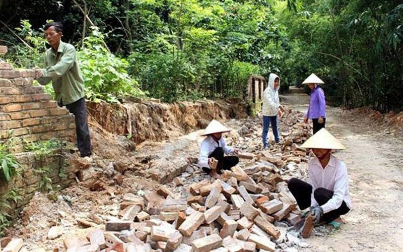 Nhân dân xã Quốc Tuấn làm đường nông thôn mới.