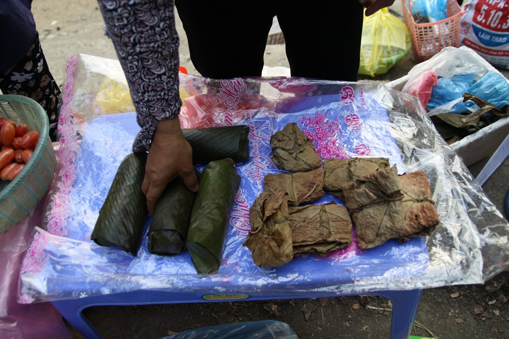 Hoặc bạn có thể mua những loại bánh đặc sản vùng hồ Ba Bể, làm từ các sản vật địa phương. Bạn sẽ có những trải nghiệm thú vị về văn hóa và ẩm thực nơi đây.