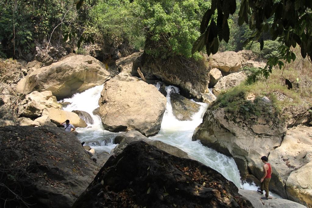 Thác nước dài hơn 1.000m với ba bậc đá, mỗi bậc chênh nhau khoảng 3-4m theo chiều dài, tạo thêm nét hoang sơ và lãng mạn cho Ba Bể. Vào đầu mùa hạ, khi những cơn mưa chưa nhiều, thác sẽ bớt hung vĩ hơn mùa mưa.