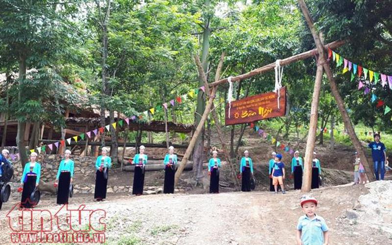Du khách được chào đón bởi dàn cồng chiêng truyền thống mang đậm bản sắc văn hóa dân tộc Mường.