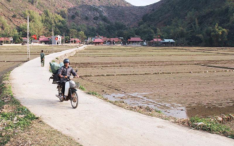 Xây dựng nông thôn mới đường bê tông về bản Đồng Lỳ, xã Huy Hạ (Phù Yên) đã thay đổi cuộc sống người dân