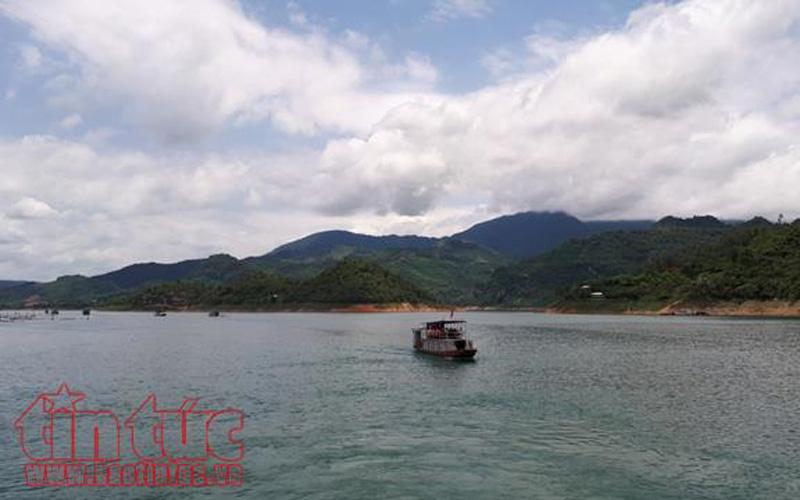 Vùng lòng hồ Hòa Bình được biết đến như vịnh Hạ Long trên cạn, nơi có nhiều tiềm năng thu hút khách bởi phong cảnh hữu tình.