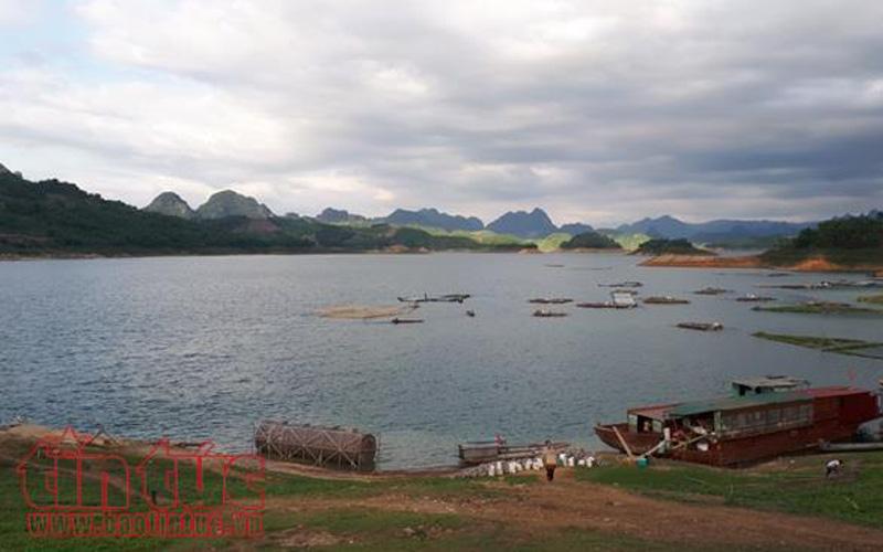Buổi chiều du khách có thể ngắm hoàng hôn và thiên nhiên trong lành vùng lòng hồ Hòa Bình.