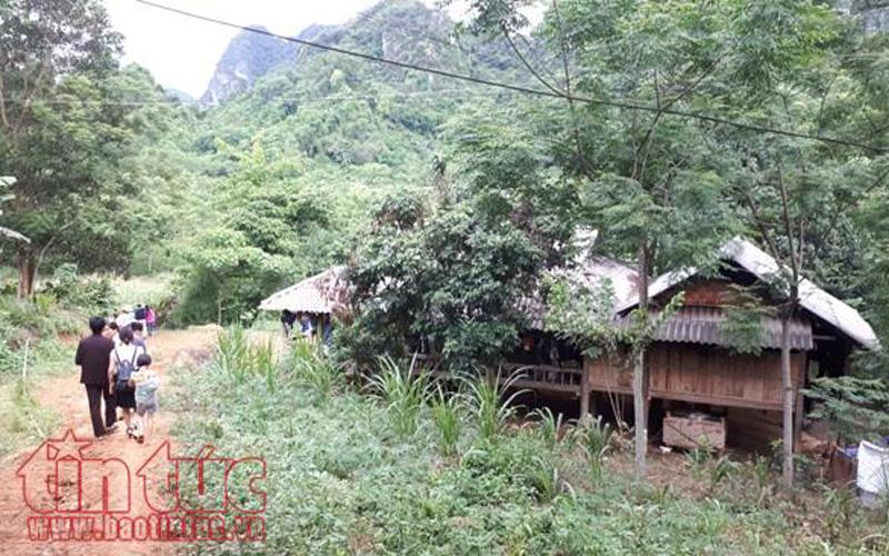 Do bản Ngòi chưa có đường bộ nên nơi đây còn lưu giữ nhiều nhà sàn truyền thống, nếp sống văn hóa đặc trưng của dân tộc Mường.