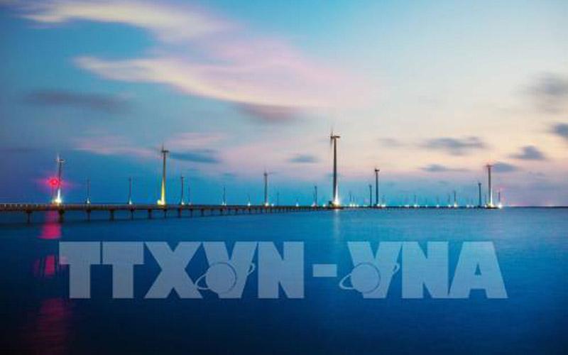Cánh đồng quạt gió khổng lồ quay trên nền trời xanh thẳm là điểm nhấn ấn tượng để du khách muốn đến ngay với Bạc Liêu. Ảnh: Trọng Đạt - TTXVN