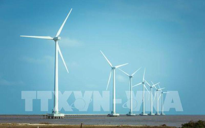 Cánh đồng điện gió là địa điểm chụp ảnh lý tưởng của nhiều bạn trẻ khi đến với Bạc Liêu. Ảnh: Trọng Đạt - TTXVN