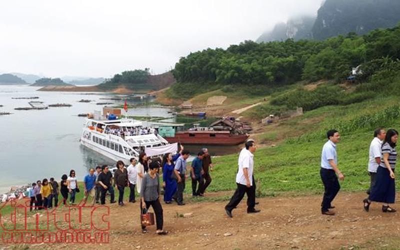Bên cạnh loại hình du lịch tâm linh, từ đầu năm 2017, trên lòng hồ đang được tỉnh Hòa Bình và doanh nghiệp xây dựng bản du lịch cộng đồng.