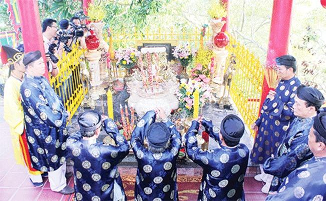 Các vị bô lão thực hiện nghi thức khấn vái trang phục, áo mão của Bà (nguồn ảnh: HNM)