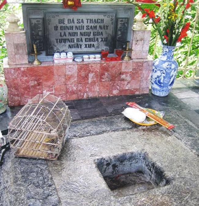 Theo chữ khắc trên bảng, đây là bệ đá sa thạch trên đỉnh núi Sam - xưa là nơi ngự của tượng Bà chúa Xứ (trước khi thỉnh xuống an vị tại Miếu Bà như hiện nay), kích thước bệ: ngang 1,60m, dày 0,30m, chính giữa có lỗ vuông cạnh 0,34m.