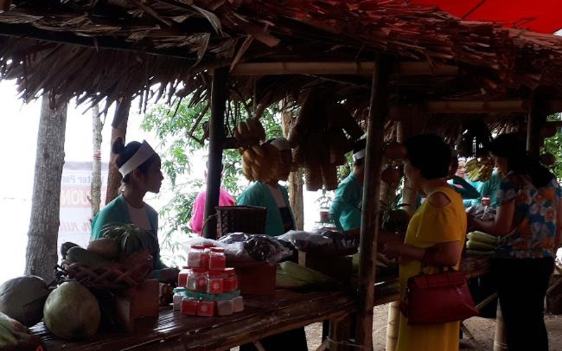 Du khách cũng có thể mua sắm đặc sản là những vị thuốc nam, gà đồi, lợn mán... và nhiều thực phẩm sạch.