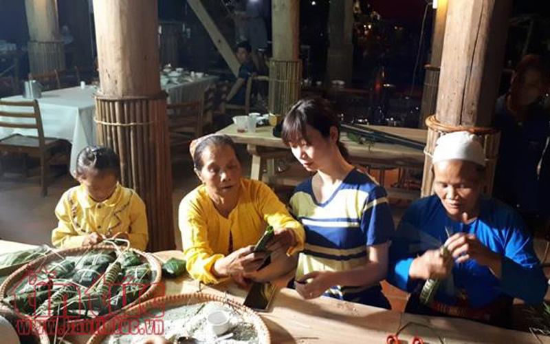 Buổi tối, du khách có thể tham gia trải nghiệm làm bánh trưng, bánh ống...; xem văn nghệ của bản, giao lưu với trẻ em trong bản.