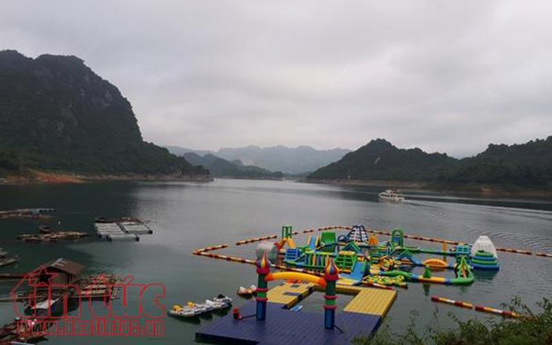 Hoặc có thể tham gia giải trí công viên nước bơm hơi trên lòng hồ.