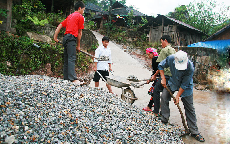 Người dân tích cực triển khai xây dựng làm đường nông thôn mới