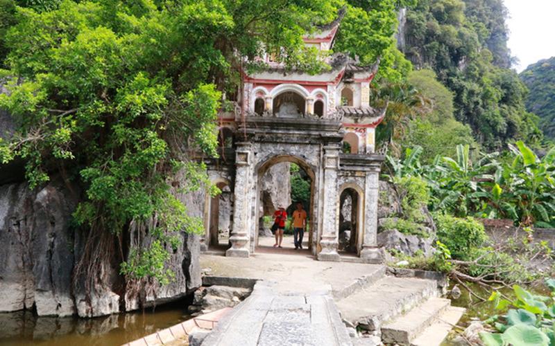 Chùa nằm ngăn cách với trục đường xã Ninh Hải bởi một hồ nước rộng lớn. Để đi qua chùa phải qua một chiếc cầu bằng đá cổ. Ban đầu, chùa Bích Động có tên là