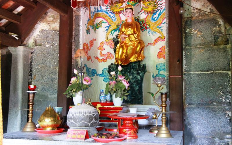 Bên trong chùa Thượng thờ Quan Thế Âm Bồ Tát. Chùa Thượng có hai miếu hai bên: bên phải thờ Thổ Địa, bên trái thờ Đức Sơn Thần. Cạnh chùa có một bể nước gọi là