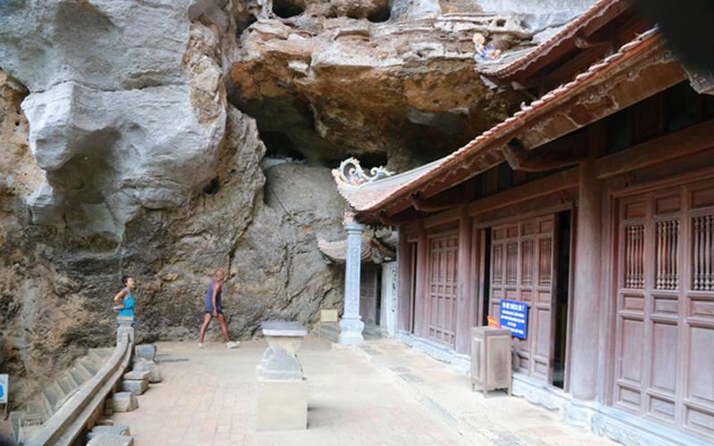 Đây là một ngôi chùa rất độc đáo, ít nơi có được bởi một nửa gắn vào hang động, một nửa lộ thiên. Bên trong chùa các tượng Phật được bài trí rất uy nghiêm.