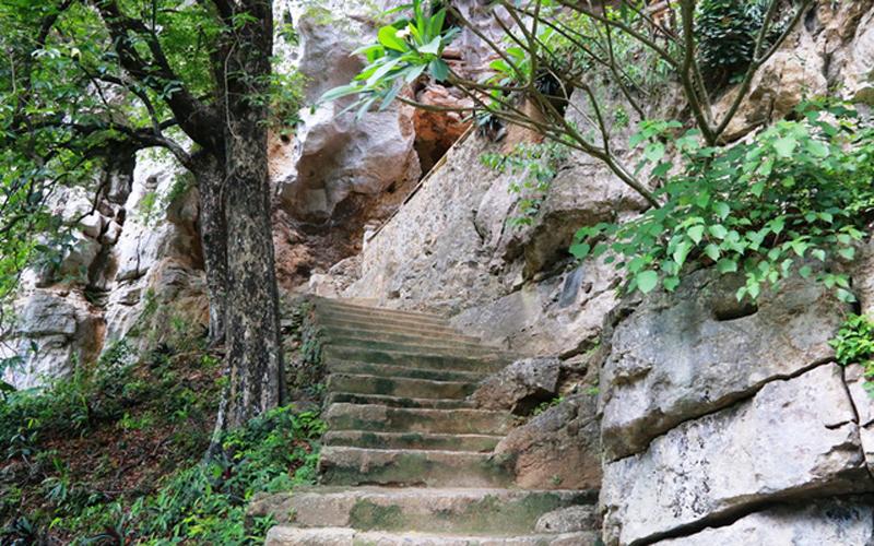 Từ chùa Hạ bước lên 120 bậc theo đường hình chữ S tới lưng chừng dãy núi Ngũ Nhạc là chùa Trung. Chùa Trung nằm ở lưng chừng núi với địa thế rất hiểm trở.