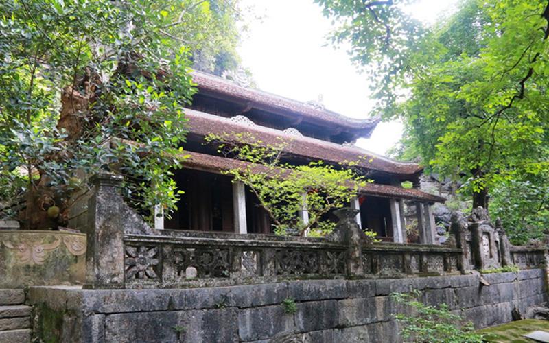 Quần thể chùa Bích Động có 3 chùa lớn gồm: chùa Hạ, chùa Trung và chùa Thượng. Chùa Hạ nằm ở dưới chân núi, có 5 gian được kiến trúc theo kiểu chữ Đinh (chữ Hán). Vật liệu xây dựng ngôi chùa này chủ yếu là gỗ lim và đá vôi. Tất cả được kết hợp một cách hài hòa và công phu.
