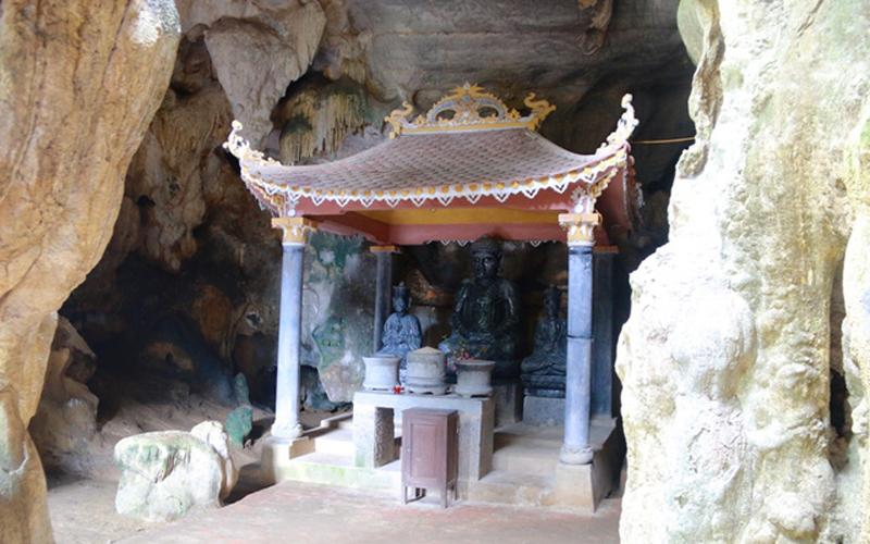 Bên trong động tối cũng có lập miếu để thờ Phật.