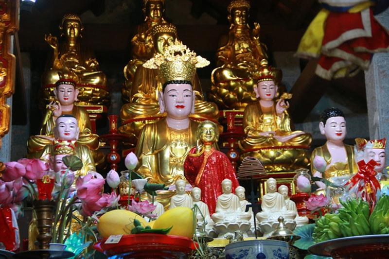 Không chỉ nối tiếng về vẻ đẹp, Bích Động cũng được biết đến là ngôi chùa cổ linh thiêng bậc nhất ở cố đô Hoa Lư từ xưa đến nay. Hàng năm có hàng nghìn du khách thập phương đổ về đây đi lễ và tham quan ngôi chùa ở danh thắng