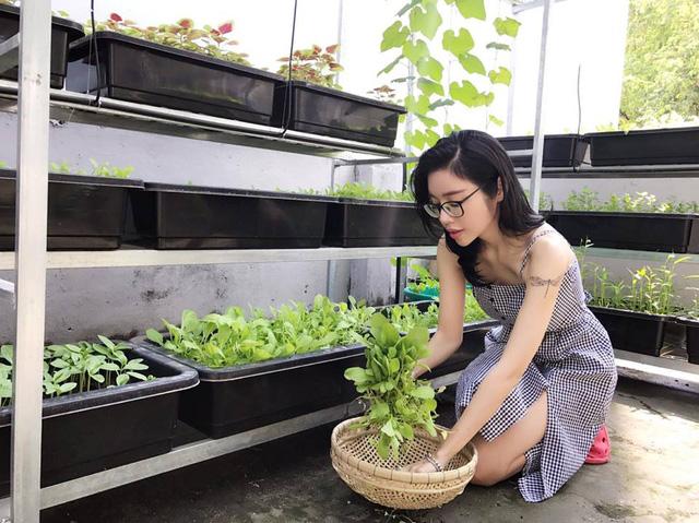 Người đẹp Elly Trần bên vườn rau sạch trồng tại ban công ngôi nhà.