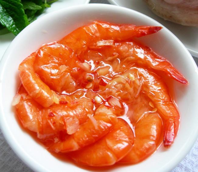 Tôm chín đỏ hồng trong món mắm tôm chua. Ảnh: Topplus.