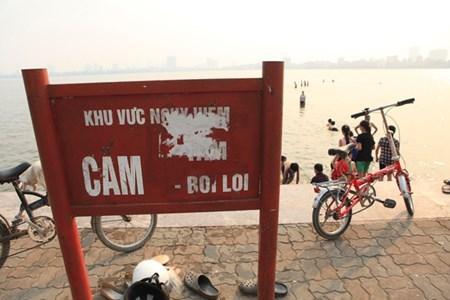 Những chố có biển cấm vẫn tấp nập người tắm, bất chấp nguy hiểm