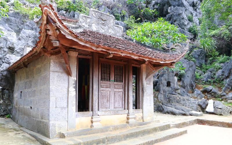 Từ Động tối, đi lên gần 40 bậc đá theo sườn núi sẽ đến chùa Thượng hay còn gọi là chùa Đông. Đây là ngôi chùa nằm ở vị trí cao nhất, gần đỉnh núi Bích Động, từ chùa Thượng nhìn ra xa có 5 ngọn núi đứng độc lập chầu về núi Bích Động, trông giống như 5 cánh hoa Sen, gọi là Ngũ Nhạc Sơn.