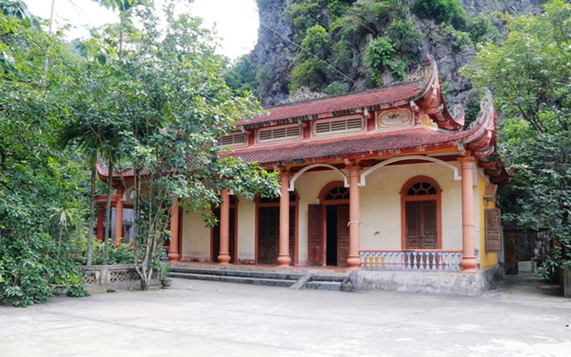 Tên chùa Bích Động được chúa Trịnh Sâm đặt vào năm 1774. Khi du lịch chưa phát triển chùa Bích Động nằm ẩn mình, là chốn thanh tịnh để nhiều người đến bái, nương nhờ của Phật. Hiện nay, nơi đây cũng là điểm tham quan hấp dẫn với nhiều du khách bởi không gian tuyệt đẹp nơi đây.