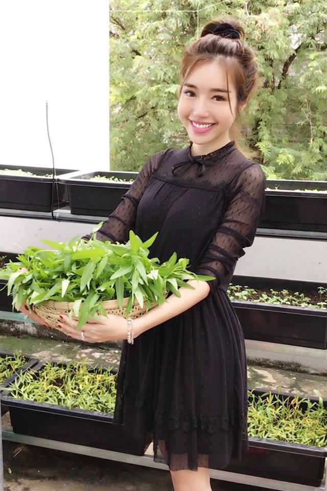 Người đẹp Elly Trần hào hứng bày tỏ: Trồng rau ban công đến ngày hái lá.