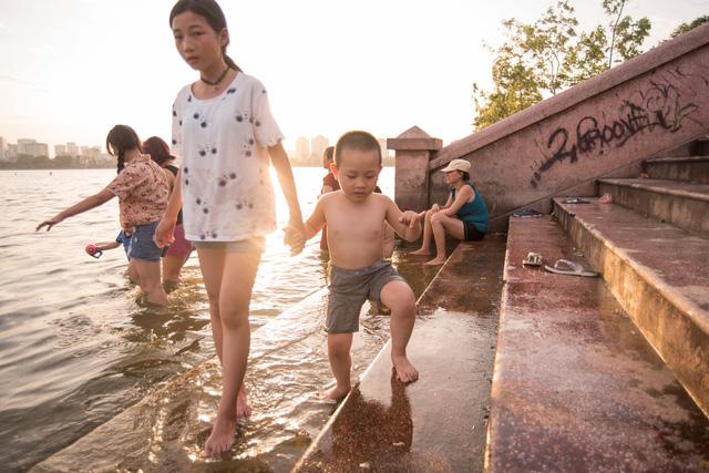 Từ người lớn tới trẻ nhỏ đều ra hồ tắm