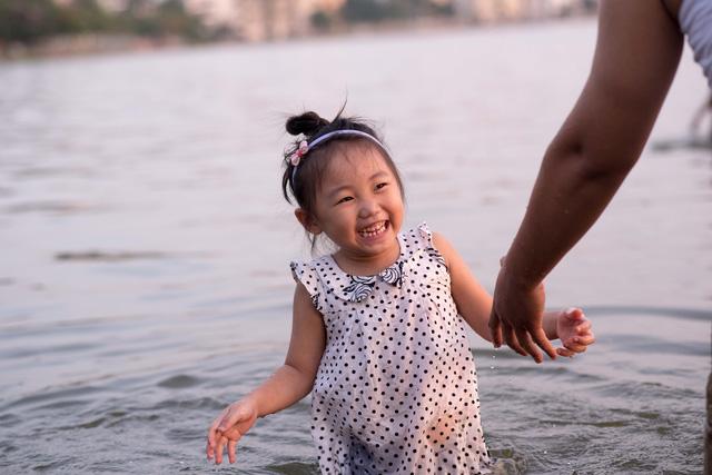 Trẻ nhỏ cũng được mẹ cho ra đùa nước