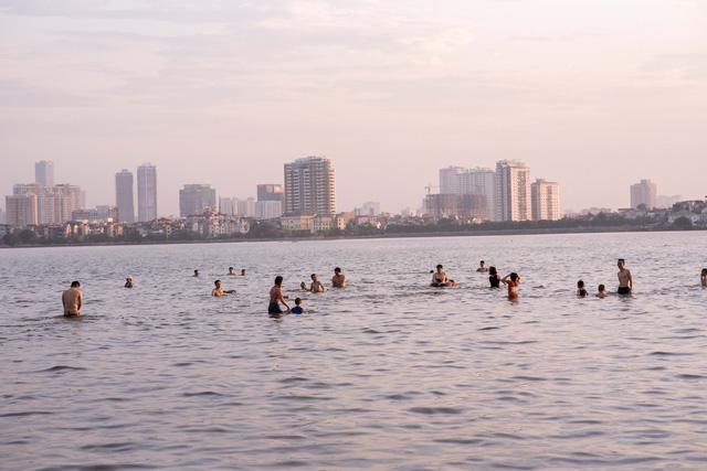 Khi trời vừa dịu nắng mọi người ùn ùn ra Hồ Tây tắm