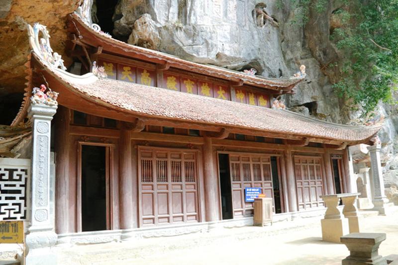 Chùa có 3 gian thờ Phật. Phía trên của mái chùa có mười chữ Hán màu vàng là: Già Lam Thần Đại Hùng Bảo Điện Nam Thiên Tổ - nghĩa là tất cả các vị sư tổ ở trời Nam này đều xuất phát từ chùa Bích Động ra đi.