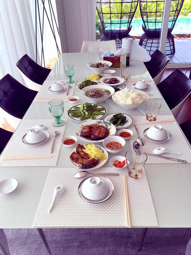 Sản phẩm thu hoạch từ trồng rau ban công luôn có trong thực đơn bữa ăn của gia đình.