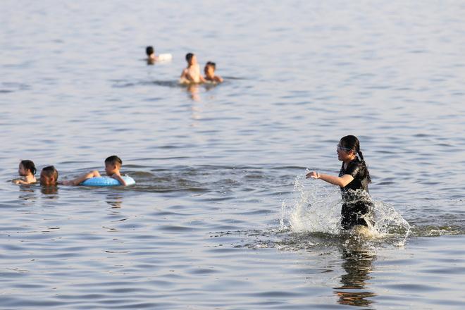 Có những nhóm bơi ra xa giữa hồ