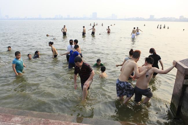 Càng về chiều lượng người đổ ra hồ Tây tắm càng đông